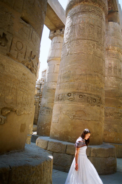 девушка в египетском храме