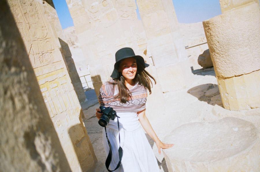девушка в шляпе с камерой