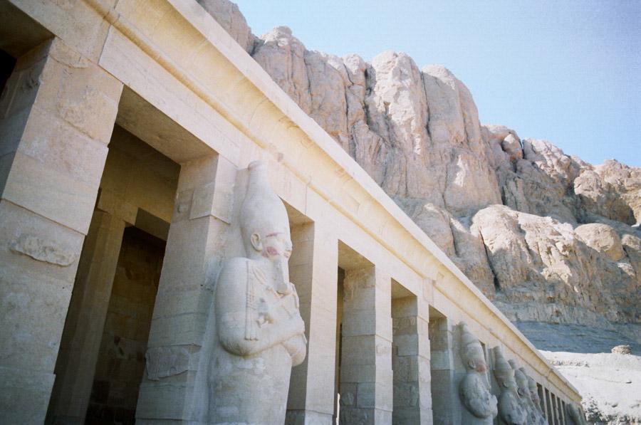 статуи фараонов