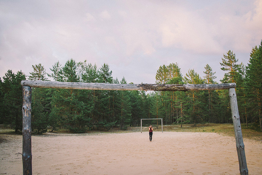 девушка на футбольном поле