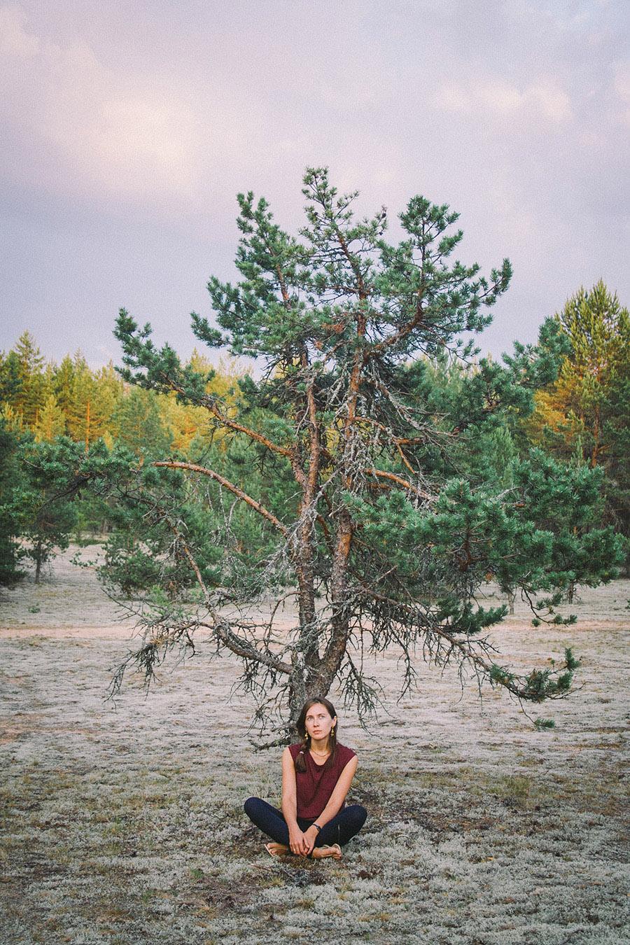 сидящая под деревом девушка