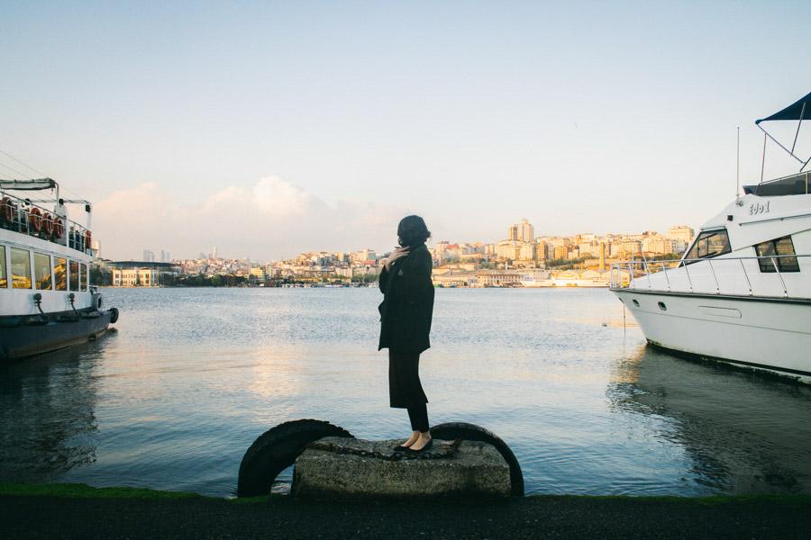 девушка на пристани