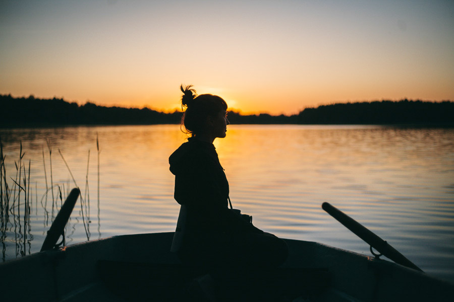 девушка в лодке на закате