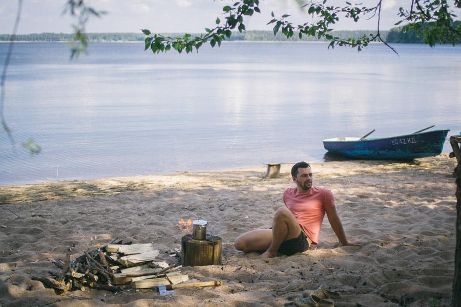 мужчина сидящий на песке