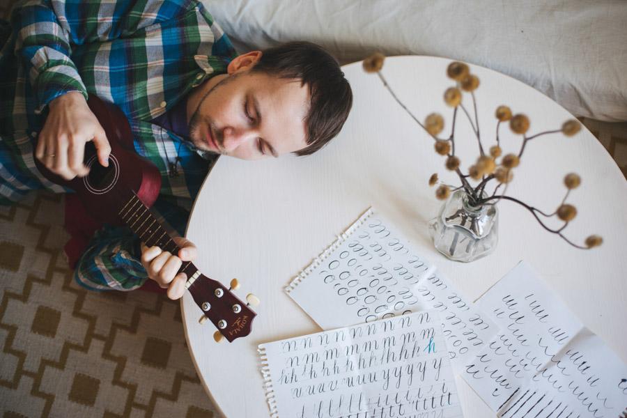 мужчина играет на укулеле