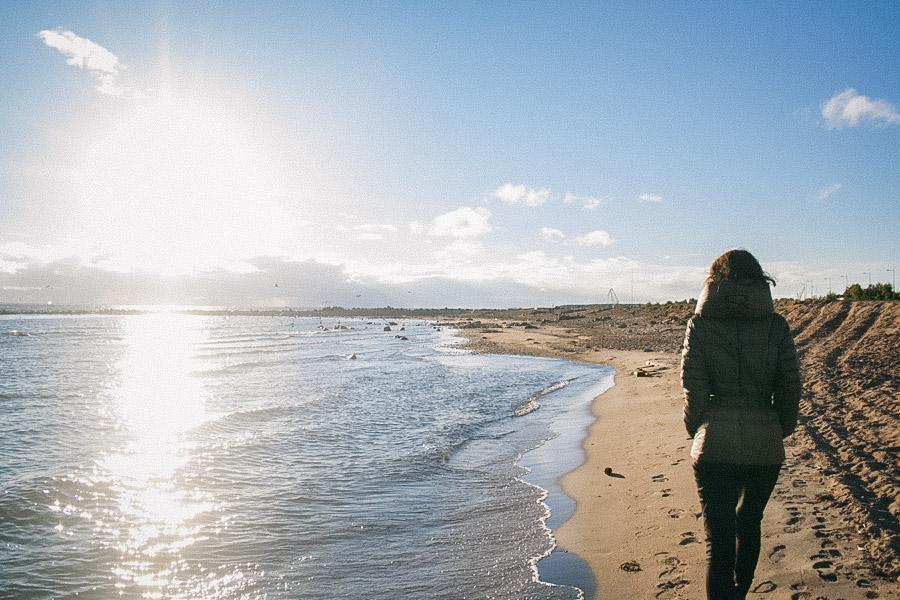 девушка идущая по пляжу